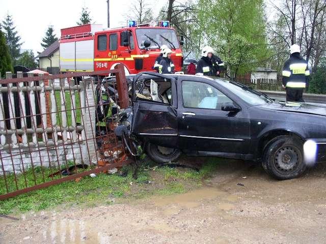 Samochód wypadł z trasy i uderzył w słup ogrodzeniowy - full image