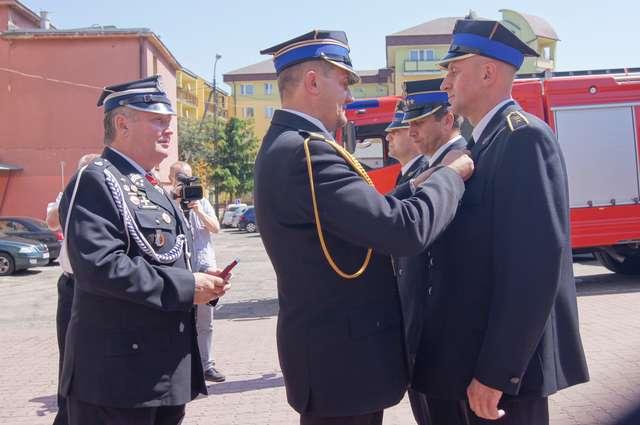 Strażacy tego dnia odbierali odznaczenia oraz awanse - full image