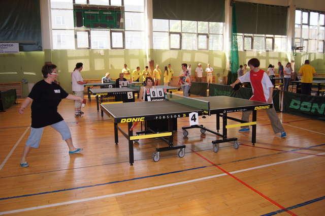 Drużyny z wielu rejonów polski zmierzyły się podczas turnieju tenisa stołowego w Ostrowi - full image
