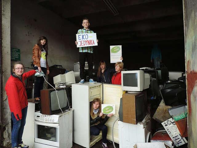 """Uczniowie zebrali elektrośmieci – to II etap konkursu """"Aktywni dla klimatu"""" - full image"""