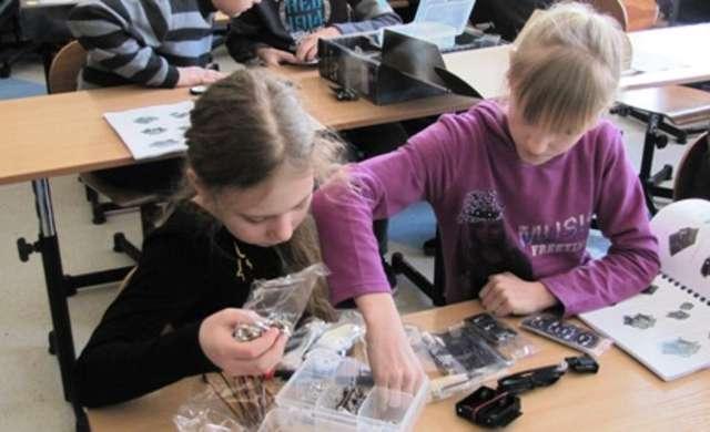 """Jednym z programów zrealizowanych w gminie Ostrów Maz. za środki unijne był """"Mój pierwszy robot"""" - full image"""