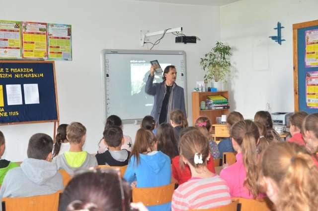 Uczniowie z ciekawością słuchali opowieści Andrzeja Niemirskiego i zadawali dużo pytań - full image