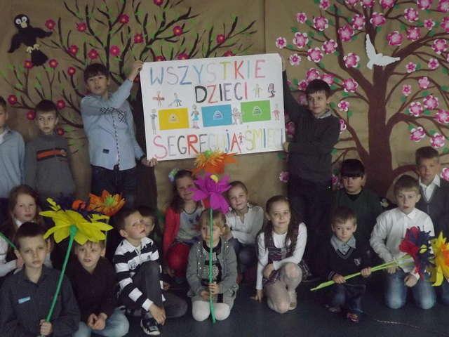 Dzieci uczyły się jak ważne jest segregowanie śmieci…  - full image