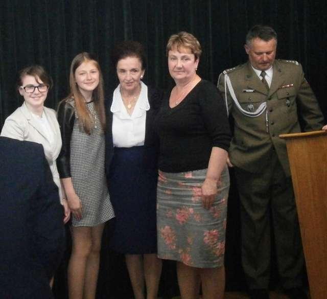 Uczennice z ZPPO w Broku na pamiątkowym zdjęciu z prezydentową Karoliną Kaczorowską - full image