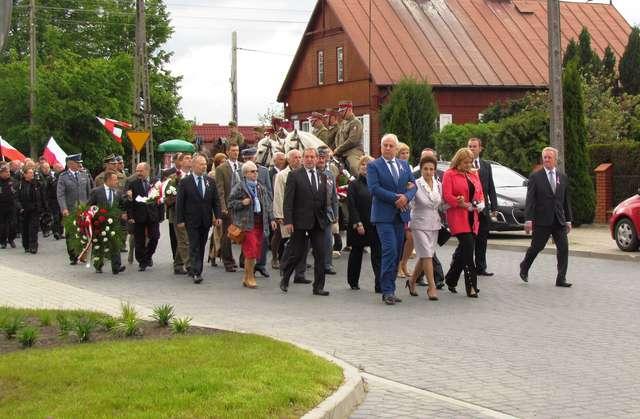 Po mszy wszyscy zebrani przemaszerowali na Plac Kościelny, gdzie obecnie znajduje się obelisk - full image