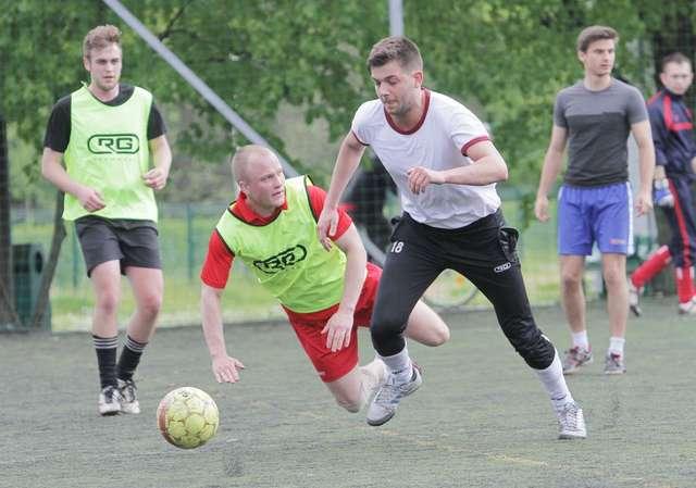Human Soccer League - mecz w strugach deszczu. Zdjęcia i film - full image