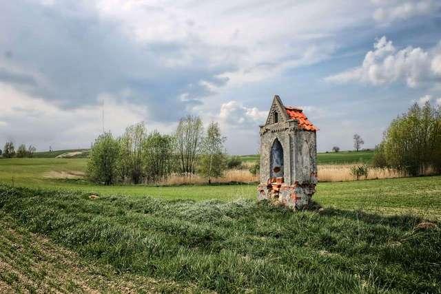W szczerym polu jest kapliczka - full image