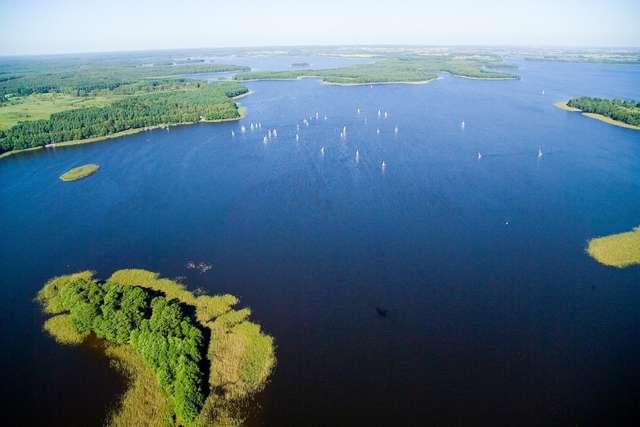 Nad Jeziorakiem biegacz stanie do rywalizacji z żeglarzem - full image