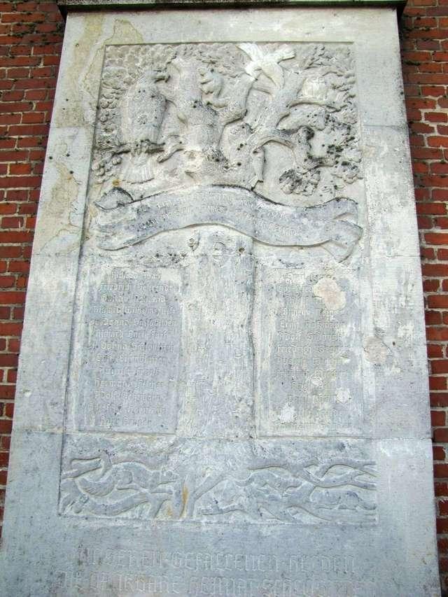 Pamiątkowa tablica poświęcona mieszkańcom Słobit, którzy zginęli w czasie I wojny światowej ( kościół w Słobitach) - full image