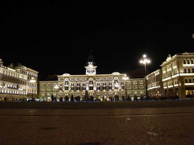 Ratusz miejski na Piazza Unita d'Italia, przed nim słabo tu widoczna Fontanna Czterech Kontynentów - full image