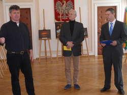 Od lewej: opiekun sekcji fotograficznej UTW Krzysztof Chrostowski, dyrektor MDK Jacek Kalinowski, autor zdjęć Mariusz Kulesza