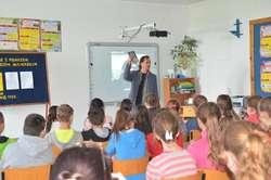 Uczniowie z ciekawością słuchali opowieści Andrzeja Niemirskiego i zadawali dużo pytań