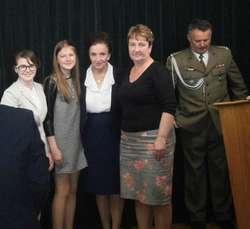 Uczennice z ZPPO w Broku na pamiątkowym zdjęciu z prezydentową Karoliną Kaczorowską