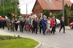 Po mszy wszyscy zebrani przemaszerowali na Plac Kościelny, gdzie obecnie znajduje się obelisk