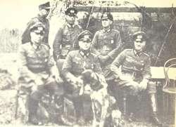 Nadburmistrz Elbląga w l. 1934-1940 mjr Johannes H. Woelk (siedzący w środku) w otoczeniu oficerów 21 Dywizji Piechoty w Kurlandii - maj 1943