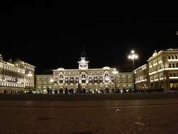 Ratusz miejski na Piazza Unita d'Italia, przed nim słabo tu widoczna Fontanna Czterech Kontynentów