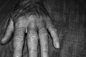 Pod pozorem dopłaty do zasiłku pogrzebowego okradł staruszkę