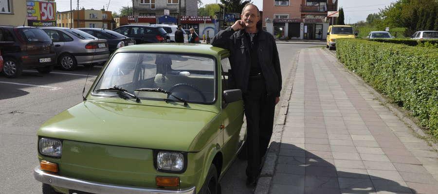 Właściciel dumnie prezentuje swój samochód