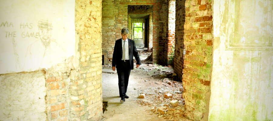Burmistrz Andrzej Szymański pokazuje pałac