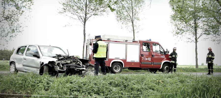 Wypadek pod Chamskiem renault clio uderzył w drzewo. Kierowca zmarł w szpitalu
