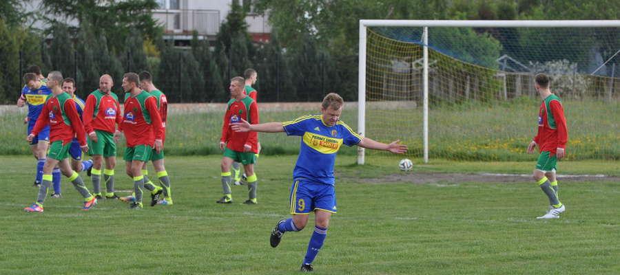 Łukasz Betlejewski cieszy się po pierwszym golu
