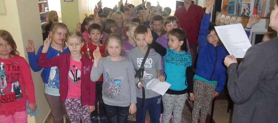Uczniowie klas I i II zostali pasowani na czytelników biblioteki