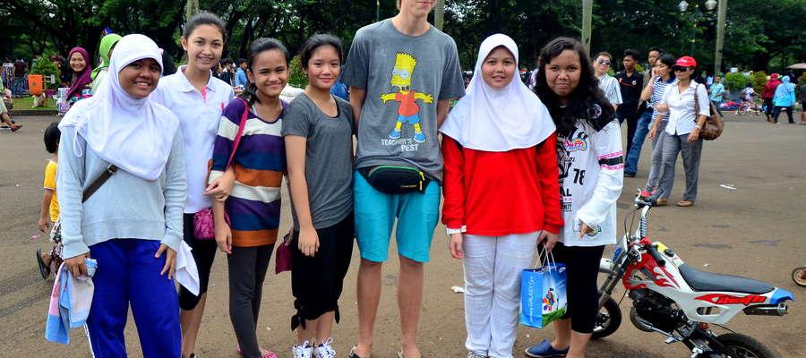 Turysta z Żuromina i indonezyjskie rówieśniczki