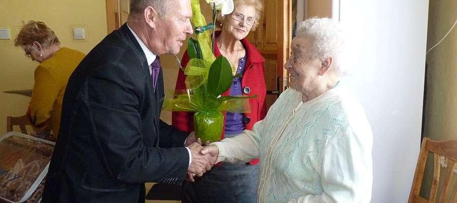 Wójt odwiedził Panią Czesławę z Trzcina
