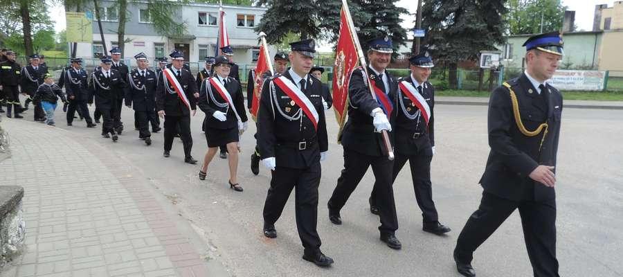 Przemarsz zastępów OSP podczas dnia Św. Floriana w Rybnie