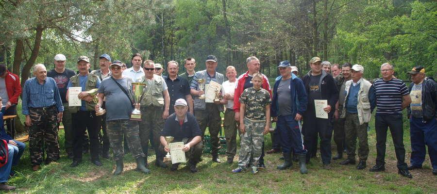 Uczestnicy zawodów wędkarskich z okazji otwarcia sezonu wędkarskiego 2014.