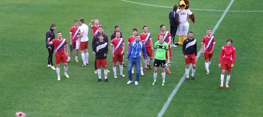 Piłkarze Sokoła po meczu podziękowali kibicom za doping
