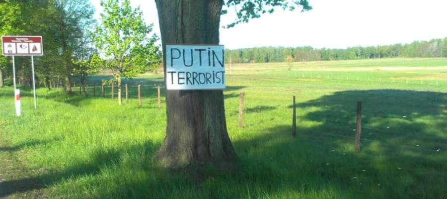 """""""Putin terrorist"""". Plakat z takim napisem pojawił się na jednym z przydrożnych drzew w okolicy Młoteczna"""