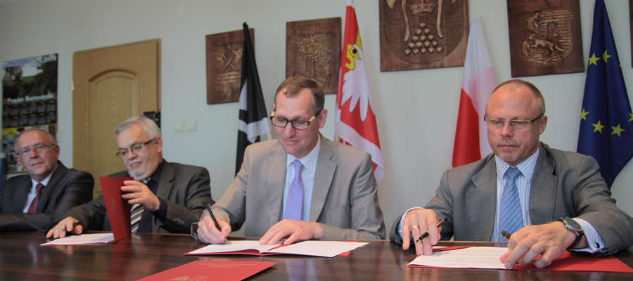 Od lewej: Stanisław Dubicki (przewodniczący Rady Miejskiej w Bartoszycach), Krzysztof Nałęcz (burmistrz Bartoszyc), Wojciech Prokocki (starosta powiatu), Jacek Protas (marszałek województwa)
