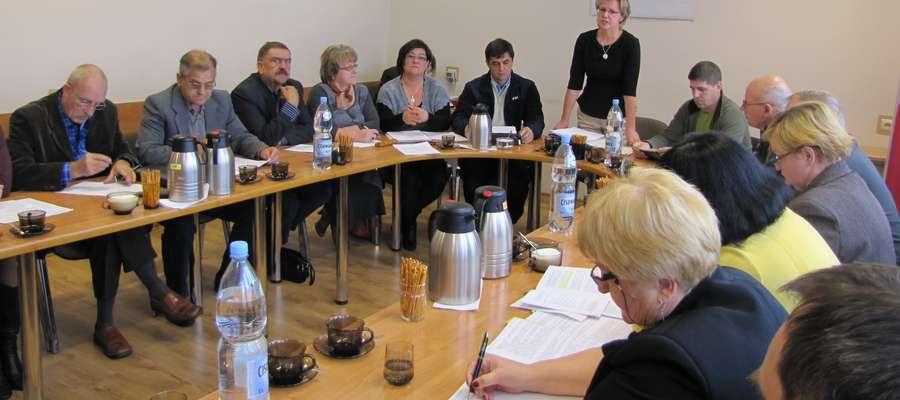We wrześniu ubiegłego roku gmina Pozezdrze porozumiała się z powiatem węgorzewskim w sprawie współdziałania w zakresie przebudowy drogi powiatowej na odcinku Pozezdrze-Kuty (pozezdrzańscy radni podjęli w tej sprawie stosowną uchwałę)