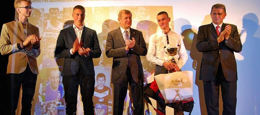 Od lewej: Marcin Syski, Rafał Kuchciński, wicestarosta Andrzej Stolpa, Bartosz Gołaszewski i burmistrz Andrzej Pietrasik