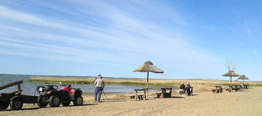 Porządkowanie plaży w Suchaczu