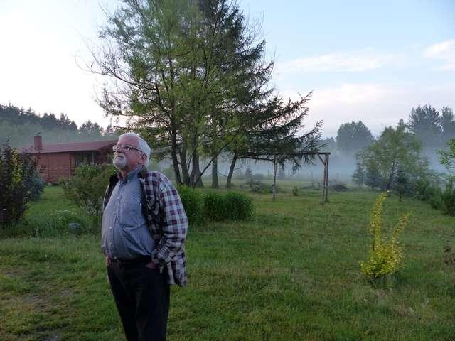 Edward Cyfus na podwórku przed swoim domem w Giławach (gm. Purda) - full image