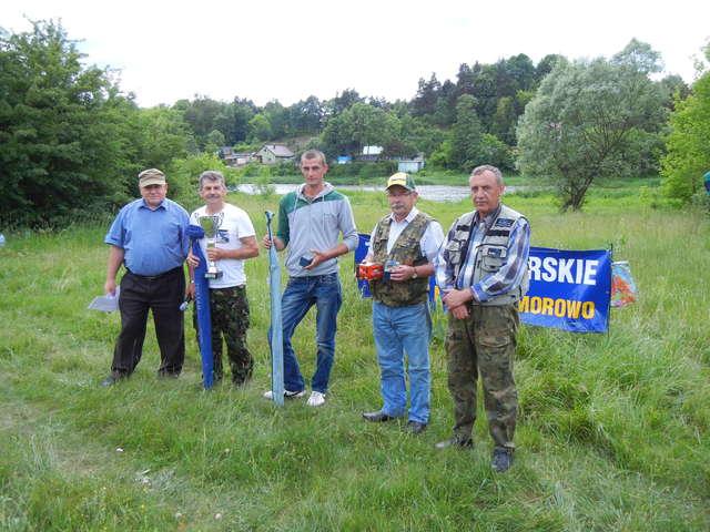 Od lewej: sędzia główny - Henryk Faderewski, Jerzy Szyżysko, Pałubiński Kamil, Mierzejewski Władysław, prezes koła Lech Czudowski - full image