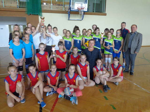 W turnieju mini siatkówki zmierzyły się uczennice szkół podstawowych - full image
