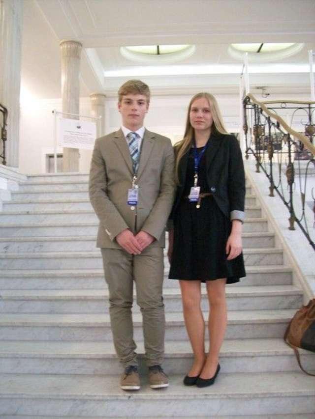 Podczas sesji Sejmu Dzieci i Młodzieży nie zabrakło reprezentantów Ostrowi - full image
