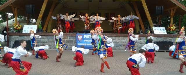 XIX Międzynarodowy Festiwalu Dziecięcych i Młodzieżowych Zespołów Folklorystycznych Mniejszości Narodowych w Węgorzewie. Finałowy węgorzewsko-ługański hopak, 29 czerwca - full image