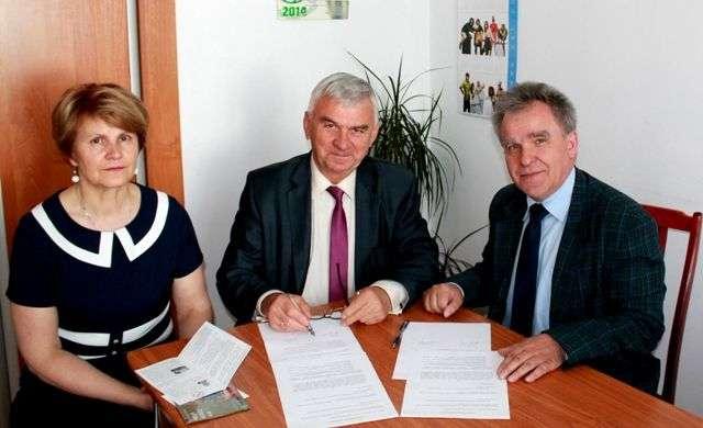Porozumienie podpisał burmistrz miasta i kierownik Uniwersytetu Otwartego UKSW - full image