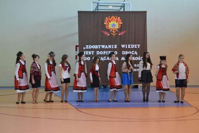 Zespół ludowy odtańczył poloneza - full image