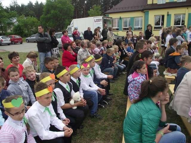 W Festynie Rodzinnym w Dybkach uczestniczyło wielu mieszkańców - full image