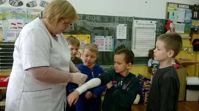 Uczniowie nauczyli się, jak postępować m.in. w razie złamania ręki - full image