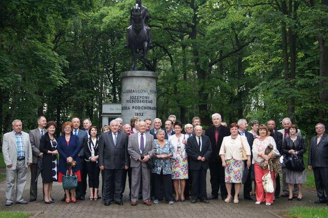Pamiątkowe zdjęcie ZŻWP w Komorowie przy pomniku Józefa Piłsudskiego - full image