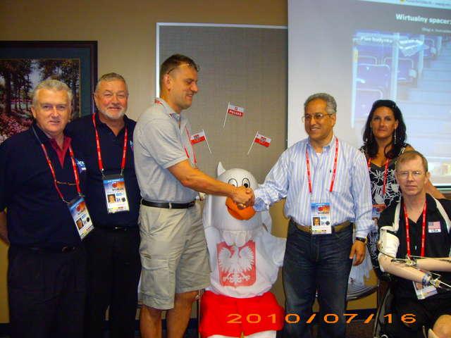 W 2010 roku przedstawiciele Integracyjnego Klubu Sportowego Atak Elbląg wybrali się do Stanów Zjednoczonych, by powalczyć o prawo do organizacji mistrzostw świata w siatkówce na siedząco w 2014 r. Wyprawa zakończyła się sukcesem - full image