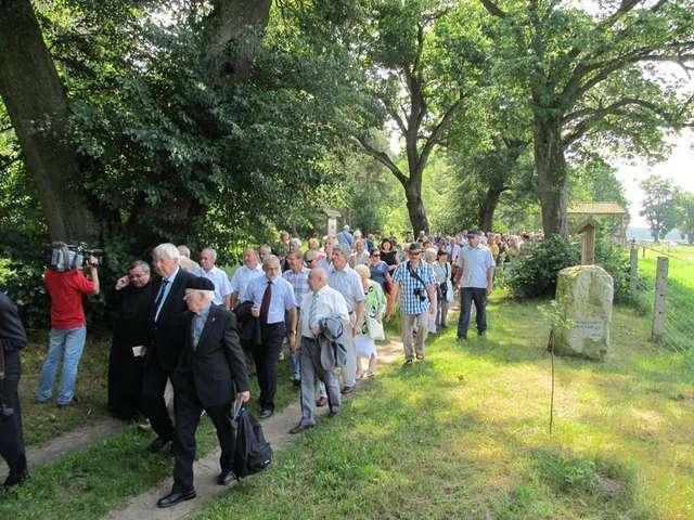 Goście tradycyjnie przechodzą Traktem Biskupim - zdjęcie z roku 2012 - full image