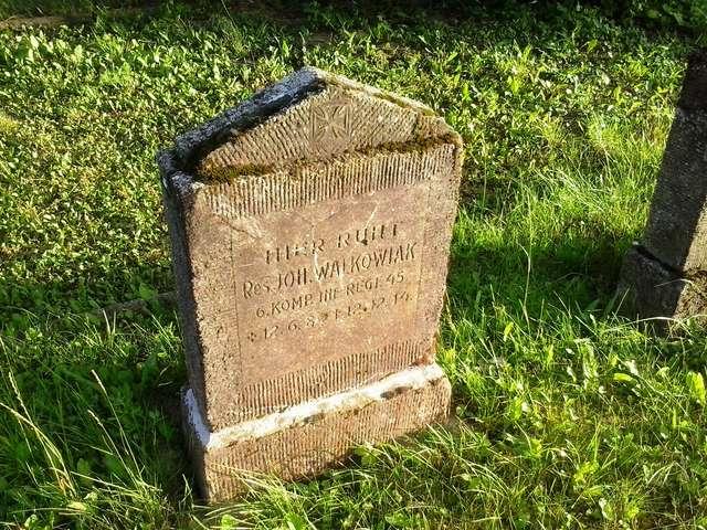 Grób Johanesa Walkowiaka na cmentarzu wojskowym w Marcinowej Woli koło Giżycka. - full image