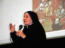 Siostra Michaela podczas jednego z wykładów